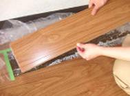 周りの板を傷つけないように慎重に剥がしていきます。